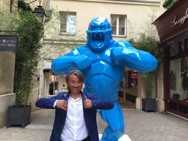 パリの路地裏でこんな人に出会いました